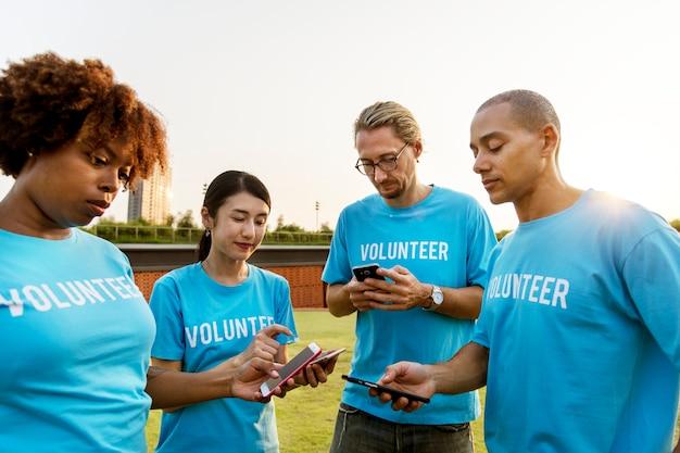 Volontari che pubblicano sui social media