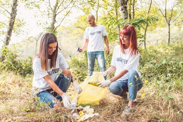 Volontari che puliscono immondizia