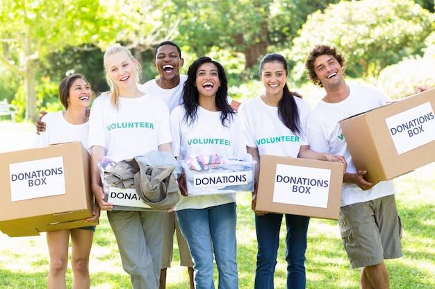 Volontari che trasportano scatole di donazione nel parco