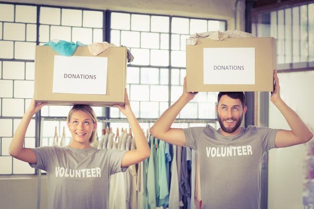 Volontari che trasportano scatole di donazione sulla testa