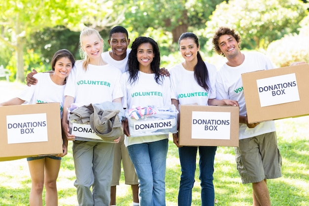 Volontari che trasportano scatole per la donazione