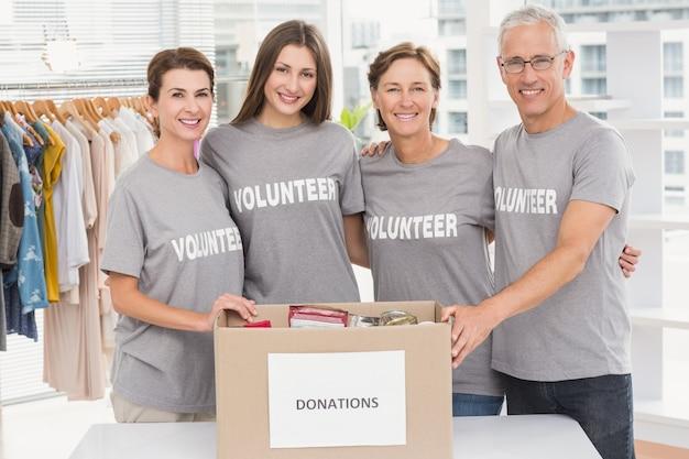 Volontari sorridenti che si abbracciano