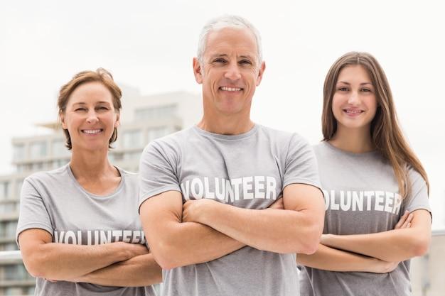Volontari sorridenti con le braccia incrociate