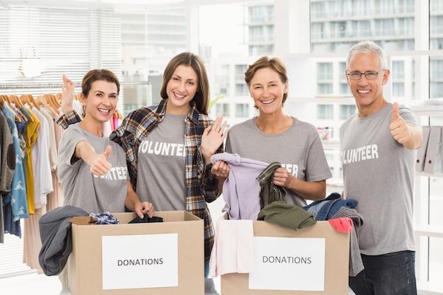 Volontari sorridenti con scatole di donazione
