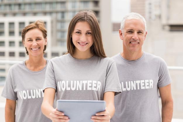 Volontari sorridenti con tablet