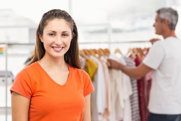 Volontariato casuale sorridente della donna di affari