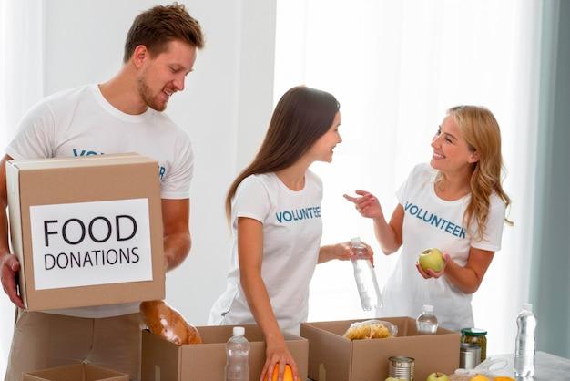 Volontariato preparando scatole con provviste e cibo per beneficenza
