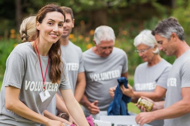 Volontario felice che esamina la scatola di donazione