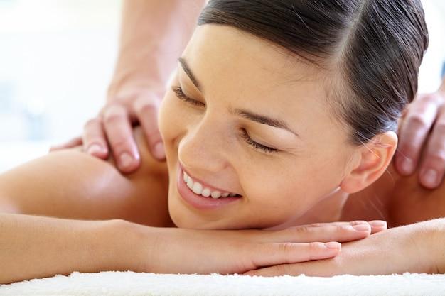 Volto close-up della donna durante il massaggio di lusso