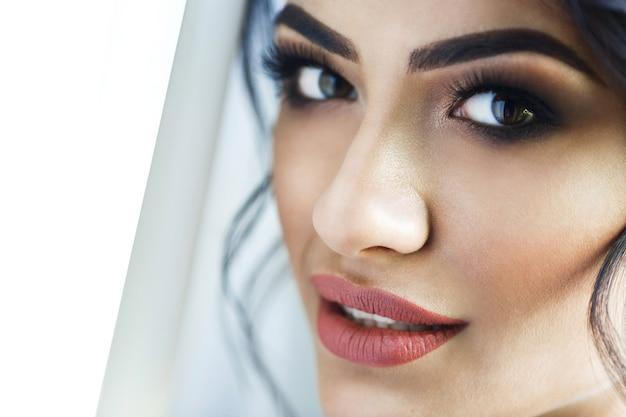 Volto della splendida sposa con gli occhi profondi
