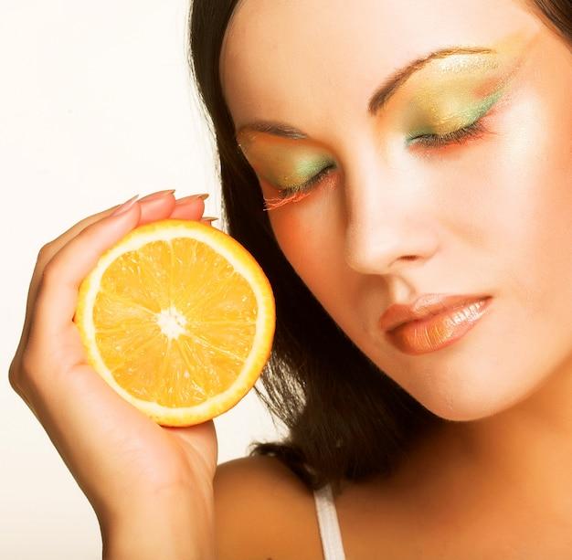 Volto di bella donna con l'arancio