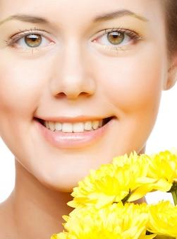 Volto femminile con il crisantemo giallo