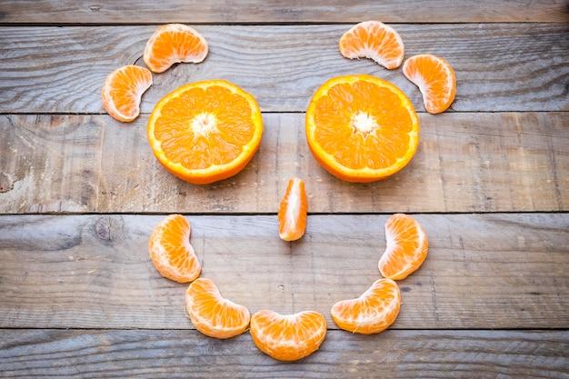 Volto sorridente realizzato con segmenti di mandarino
