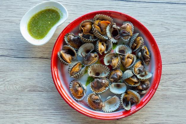 Vongole e salsa di frutti di mare in vassoio di zinco