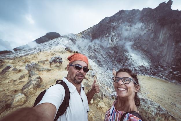 Vulcano di sibayak, caldera attiva che cuoce a vapore, berastagi sumatra indonesia