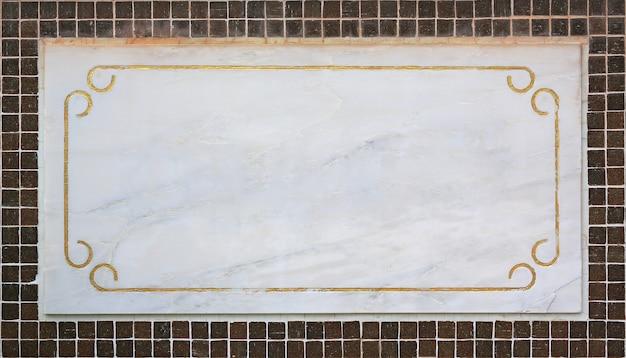 Vuota vuota etichetta in marmo sulla parete delle mattonelle.