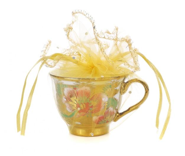 Vuoto della tazza di tè isolato su bianco