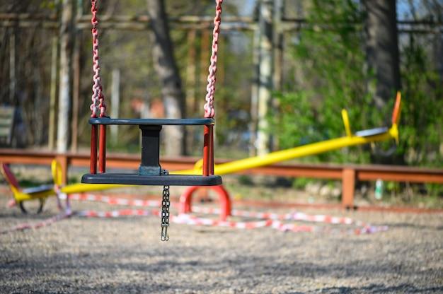 Vuoto parco giochi per bambini nella zona residenziale di chisinau, moldavia durante lo stato di emergenza a causa della minaccia del virus covid-19