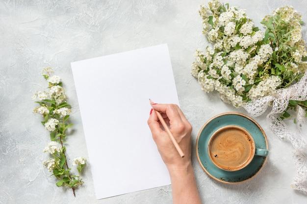 Vuoto per testo, caffè nero mattutino e bouquet di fiori bianchi primaverili