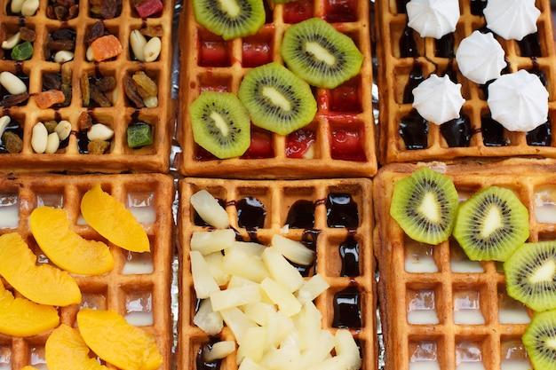Wafer con ripieni diversi di kiwi, noci, ananas, pesca, mescolare frutta.