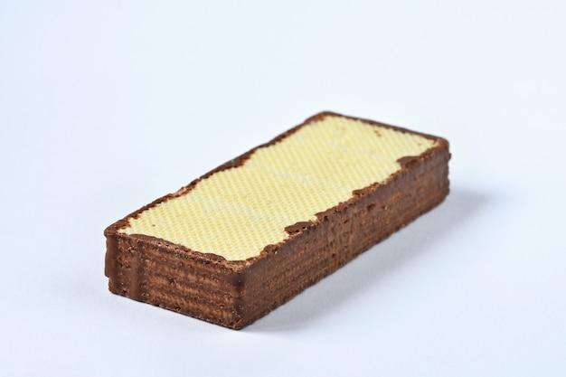 Wafer croccante, sapore del wafer del cioccolato isolato su fondo bianco