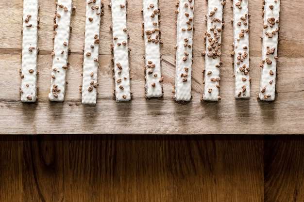 Wafer del biscotto nella glassa su una tavola di legno