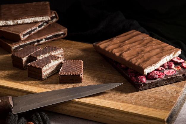 Wafer e barrette di cioccolato affettati primo piano