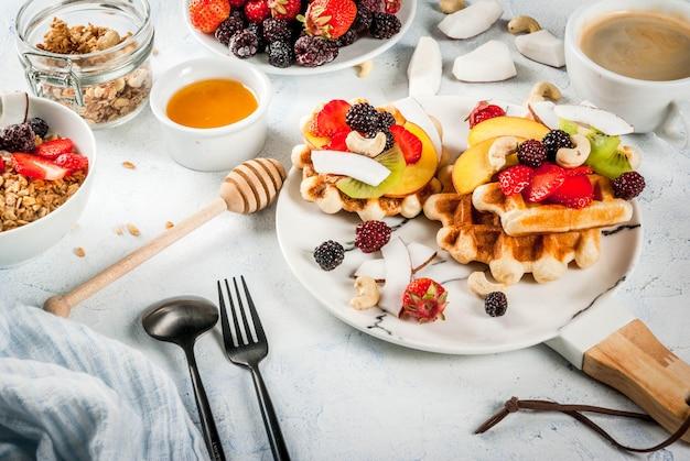 Wafer morbidi belgi freschi fatti in casa con miele, frutta fresca, noci e bacche
