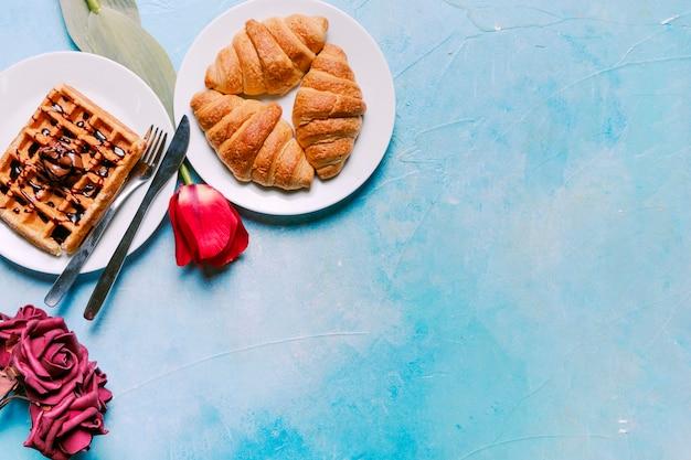 Waffle belga con croissant e fiori