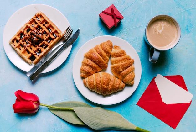 Waffle belga con croissant sul piatto