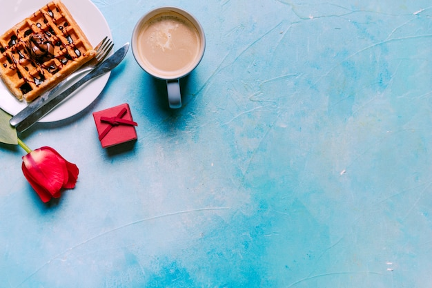 Waffle belga con tulipano rosso sul tavolo