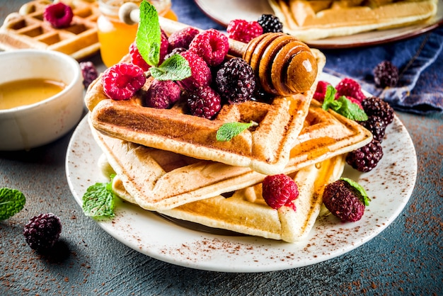 Waffle belgi con bacche e miele