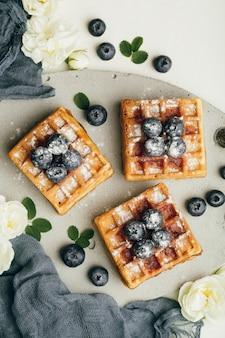 Waffle belgi con bacche fresche e menta