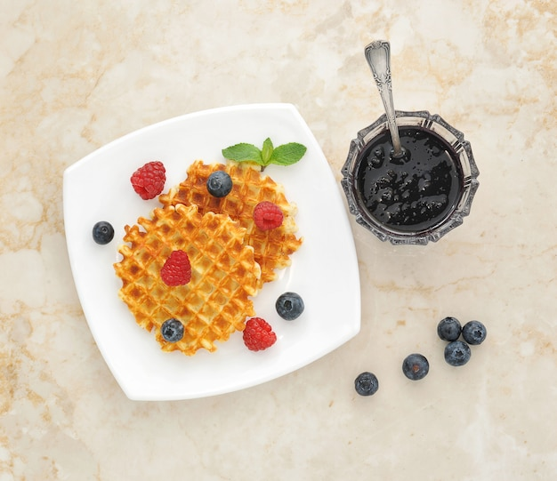 Waffle belgi con frutti di bosco freschi