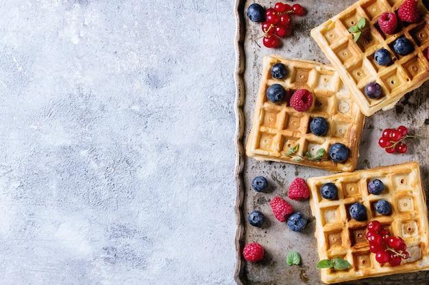 Waffle belgi con frutti di bosco