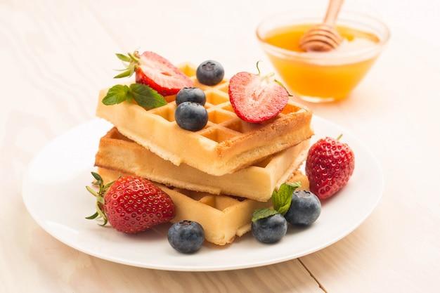 Waffle belgi con miele di mirtillo e fragole