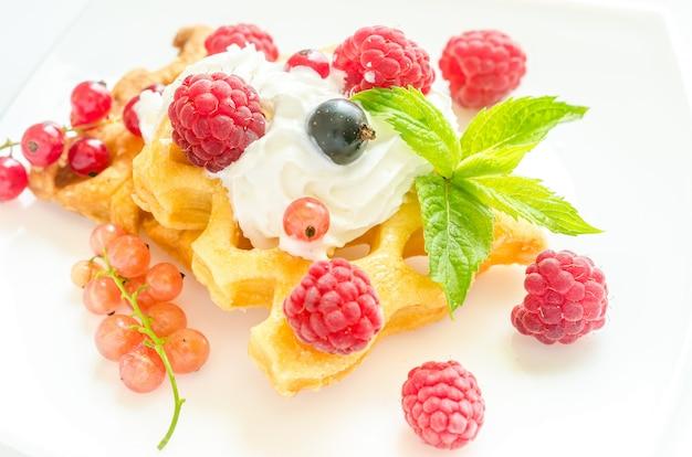 Waffle belgi con panna montata e frutti di bosco freschi
