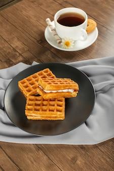 Waffle belgi e una tazza di tè
