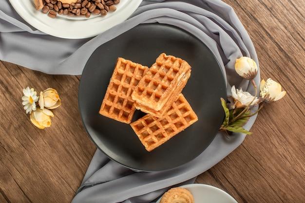 Waffle belgi in un piattino nero