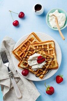 Waffle belgi quadrati fatti in casa con ricotta e fragole