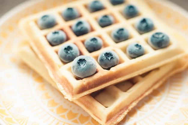 Waffle belgi viennesi fatti in casa con frutti di bosco freschi,