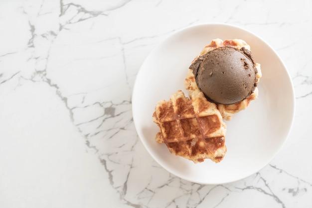 Waffle con gelato al cioccolato