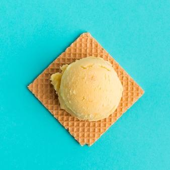 Waffle con palla di gelato
