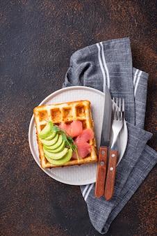 Waffle di formaggio cheto con avocado