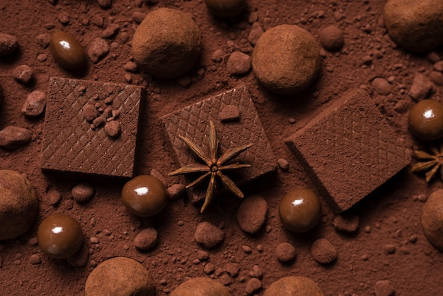 Waffle e tartufi al cioccolato su cacao in polvere