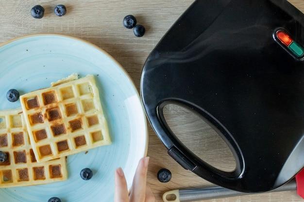 Waffles essere cotti nel waffle maker. cialde salate. concetto di colazione