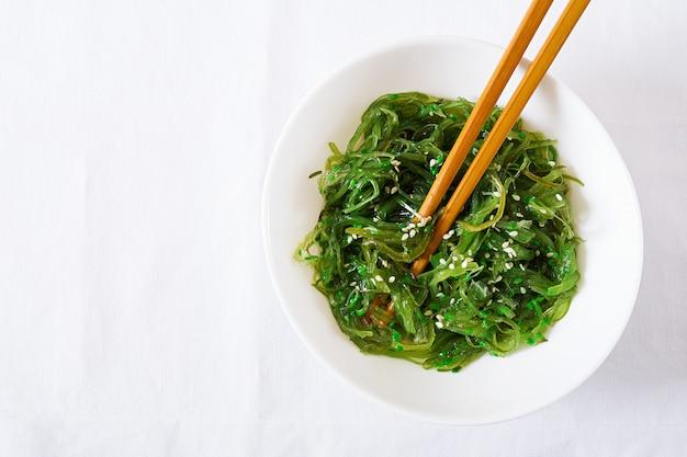Wakame chuka o insalata di alghe con semi di sesamo in ciotola