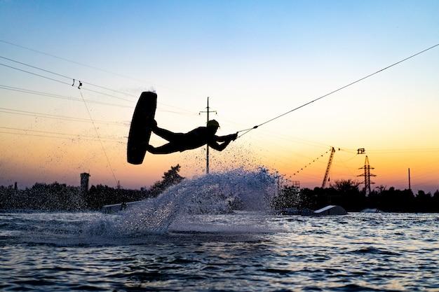 Wakeboard. wakeboarding che salta al tramonto
