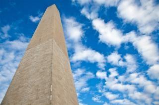 Washington monument nuvoloso