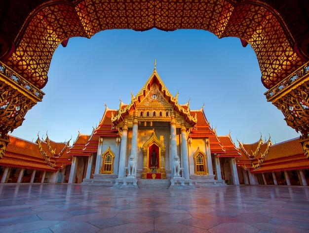 Wat benchamabophit, tempio di marmo uno della destinazione di viaggio più popolare a bangkok tailandia